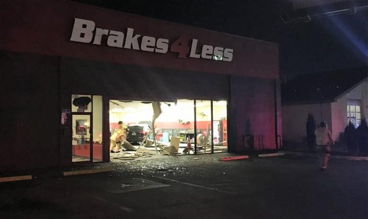 Ôtô phá hỏng cửa và lao vào trong, đâm trúng một số xe khác. Ảnh: GPD