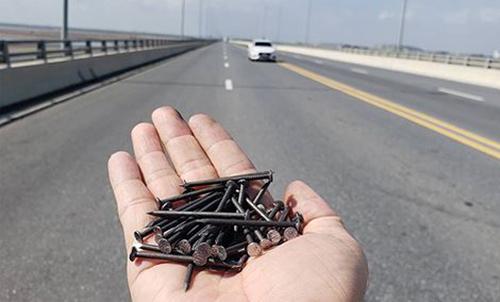 Vợ rải đinh trên quốc lộ để chồng thu tiền vá săm -