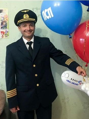Cơ trưởng Damir Yusupov của chuyến bay hãng Ural Airlines gặp sự cố hôm 15/8. Ảnh: AP.