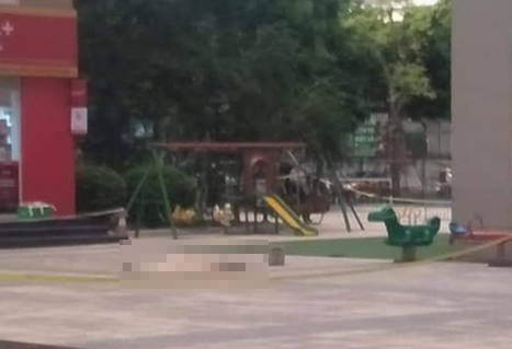 Thi thể ông Phạm Văn Khương nằmgần một cửa hàng tiện lợi ở tòa A1chung cư Vinaconex 1,số 289AKhuất Duy Tiến.