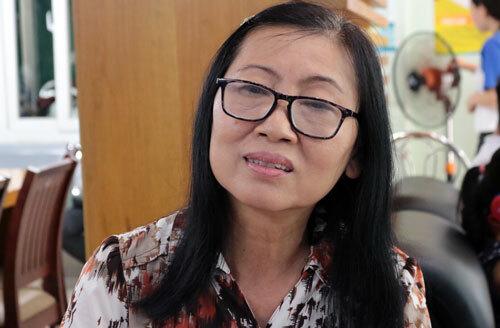 Bà Đào Thị Thư làm thủ tục xét tuyển tại trường Đại học Văn Hiến. Ảnh:Lê Anh.
