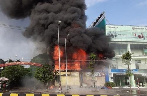 Siêu thị hai tầng ở Bắc Giang cháy rụi -