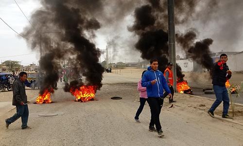 Người biểu tình phóng hỏa trong cuộc đụng độ với cảnh sát ở El Alto hôm 16/8. Ảnh: Elregionalpiura.