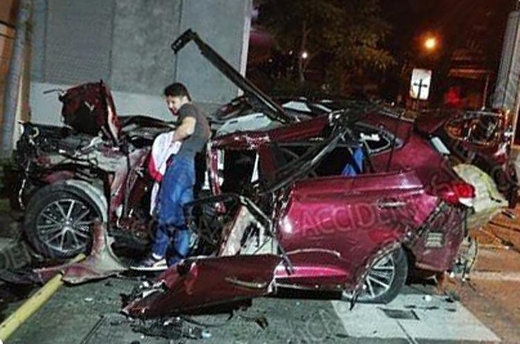 Tài xế bên chiếc xe dập nát. Ảnh: Accidentes de Costa Rica