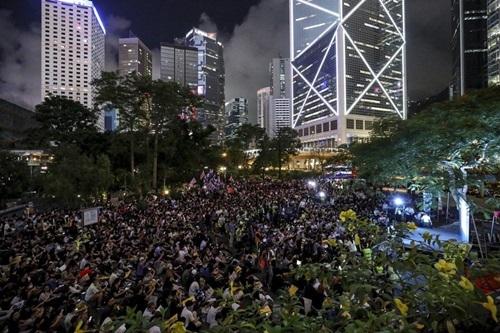 Hàng nghìn sinh viên Hong Kong tập trung ở công viên Chater Garden đêm 16/8. Ảnh: SCMP.