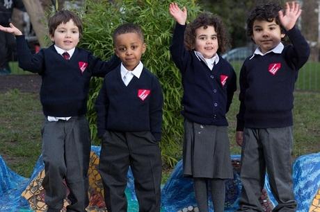 Đồng phục có logo của nhà trường đang trở thành gánh nặng chi phí của cha mẹ tại Anh. Ânh: Hackey New Primary School