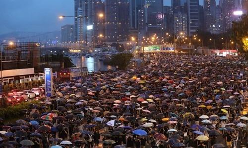 Những người biểu tình phản đối dự luật dẫn độ gây tranh cãi của Hong Kong tuần hành dưới mưa ngày 18/8. Ảnh: Reuters.