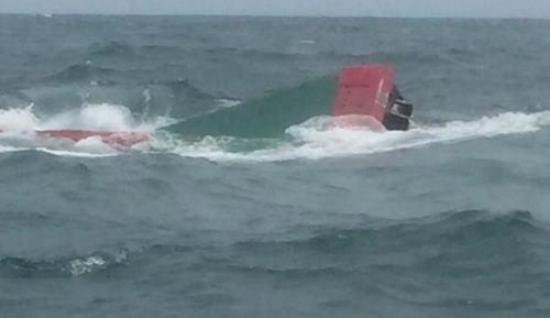 Tàu cá chở bảy ngư dân bị chìm trên biển Quảng Ninh -
