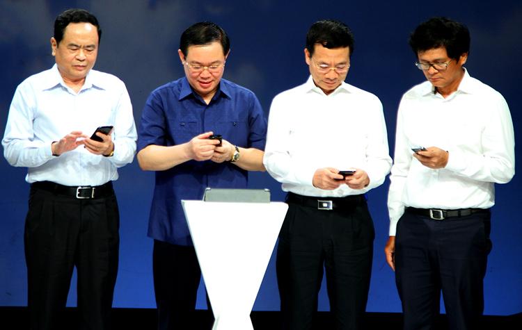 Phó thủ tướng Vương Đình Huệ (thứ hai từ trái) cùng các đại biểu nhắn tin ủng hộ người nghèo. Ảnh: VGP