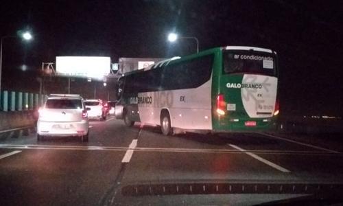 Cảnh sát Brazil bắn chết kẻ bắt cóc con tin trên xe buýt - ảnh 1