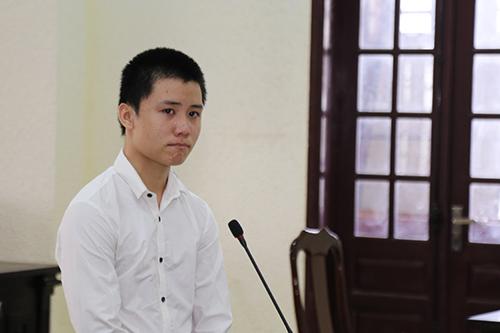 Lê Văn Hoài khóc khi trả lời phần xét hỏi của luật sư. Ảnh: Hoàng Táo