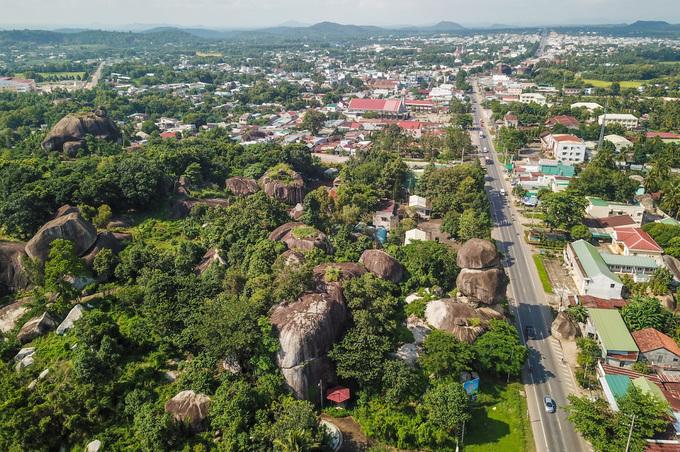 Những tảng đá xếp chồng chênh vênh ở Đồng Nai