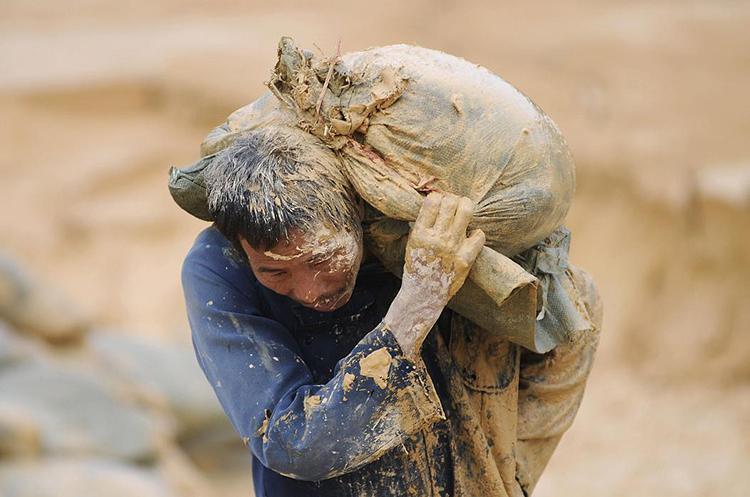 Một công nhân ở mỏ đất hiếm Nam Thành, Giang Tây, Trung Quốc. Ảnh: Reuters