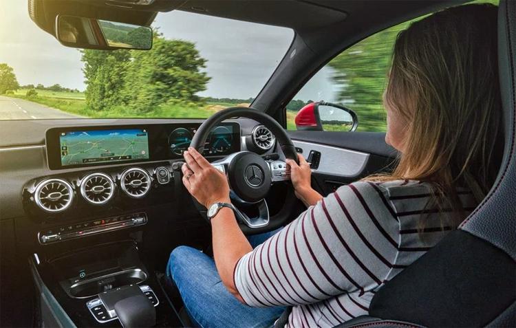 Các tài xế khi mua xe Mercedes thông qua một hợp đồng tài chính sẽ trao quyền theo dõi vị trí chiếc xe cho hãngkhi đồng ý với các điều khoản được nêu.