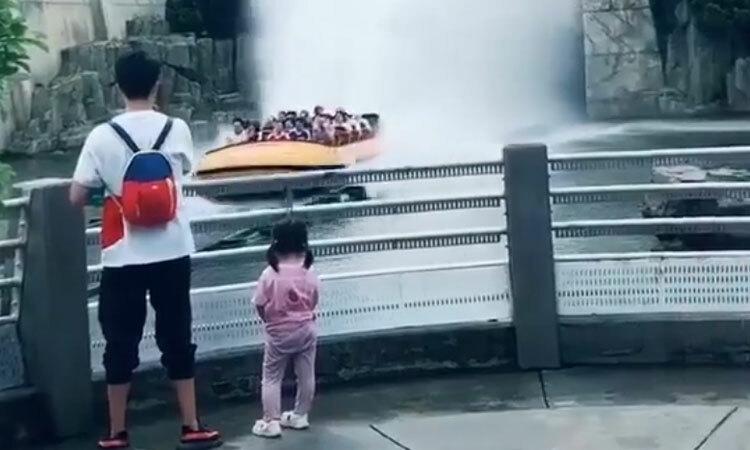 Bé gái òa khóc vì nước tạt ướt cả người -