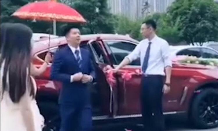 Chú rể thản nhiên bỏ quên cô dâu trên xe hoa -