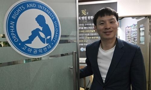 Jo Youn-hwan trong van phòng bảo vệ quyền trẻ mồ côi ở Hàn Quốc tại Seoul hôm 8/8. Ảnh: AFP.
