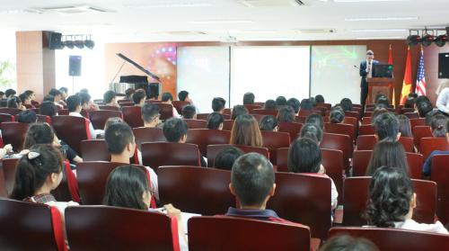 Sinh viên được tài trợ100% học phí chương trình tiếng Anh và tin học quốc tế kéo dài trong 6 học kỳ.