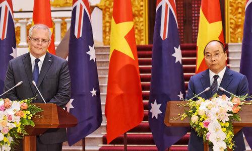 Thủ tướng Việt Nam Nguyễn Xuân Phúc, phải và Thủ tướng Australia Morrison trong họp báo sáng nay. Ảnh: Giang Huy.