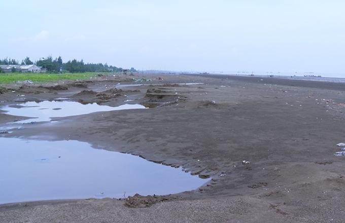 Bãi biển nơi tài xế chở bé gái ra để thực hiện hành vi. Ảnh: Nguyễn Hải.