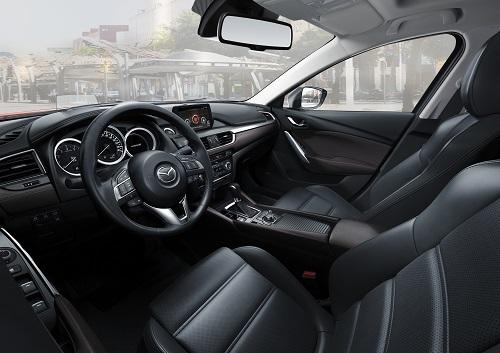 Khoang lái trên Mazda6 Premium.
