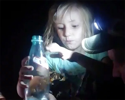 Zarina khi được các nhân viên cứu hộ tìm thấy trong rừng hôm 21/8. Ảnh: East2west news