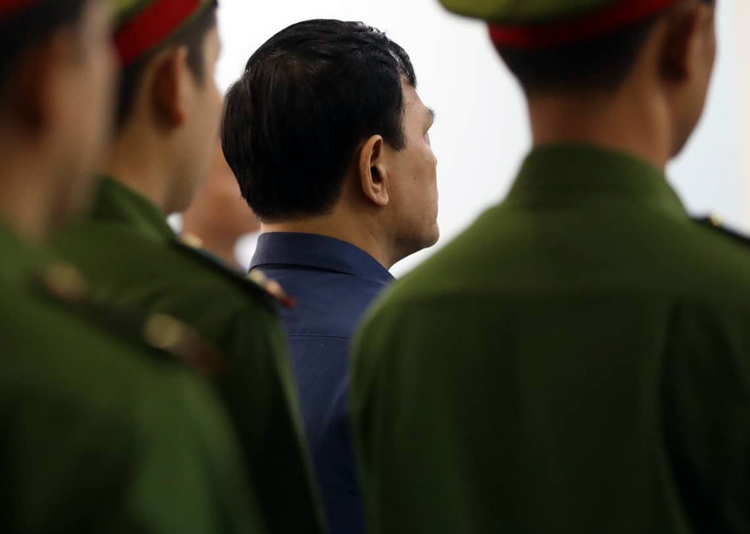 Nguyễn Hữu Linh nghe tuyên án. Ảnh: Hữu Khoa.