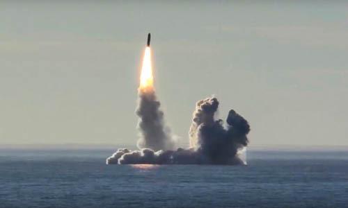 Tên lửa Bulava phóng từ tàu ngầm Yuri Dolgoruky trên biển Bạch Hải hồi tháng 5/2018. Ảnh: AP.