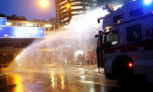 Cảnh sát Hong Kong phun vòi rồng vào người biểu tình ngày 25/8. Ảnh: Metro.