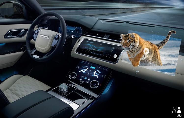 Màn hình hiển thị thông tin thế hệ mới có thể đồng thời hiển thị các cảnh báo an toàn thời gian thực cho tài xế, vừa chiếu phim 3D phục vụ hành khách. Ảnh: JLR