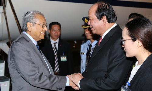 Thủ tướng Mohamad (trái)bắt tay Bộ trưởng, Chủ nhiệm Văn phòng Chính phủ Mai Tiến Dũng trong lễ đón tối 26/8. Ảnh:TTXVN.