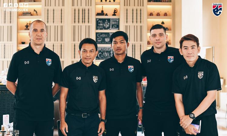 Tawan (thứ hai từ trái sang) là trợ lý mới nhất được bổ sung cho ban huấn luyện của HLV Nishino. Ảnh: FAT.