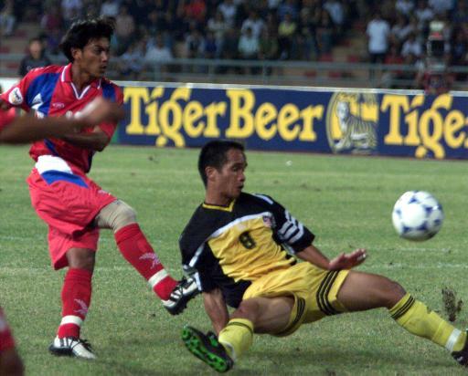 Tawan (áo đỏ) thời còn là ngôi sao ở tuyến giữa Thái Lan dự các kỳ Tiger Cup, AFF Cup. Ảnh: Reuters.