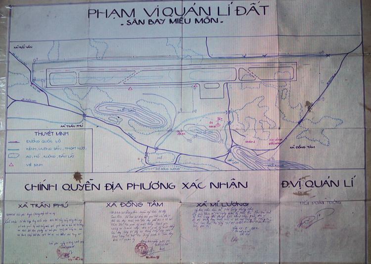 Bản đồ đất sân bay Miếu Môn lập năm 1992 được công bố tại cuộc họp chiều 27/8. Ảnh: Võ Hải.