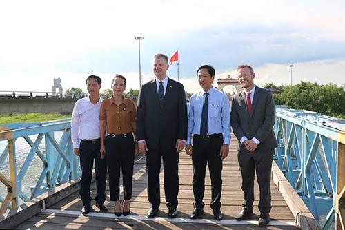 Đại sứ Hoà Kỳ chụp ảnh lưu niệm tại vạch sơn trắng trên cầu Hiền Lương.Ảnh:Mỹ Hạnh