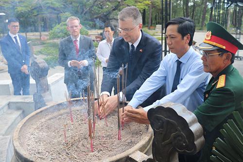 Đại sứ Hoa Kỳ Daniel Kritenbrink (thứ 3 từ bên phải) thắp hương tại Nghĩa trang liệt sĩ Quốc gia Trường Sơn. Ảnh: Mỹ Hạnh