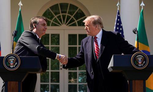 Tổng thống Mỹ Donald Trump (phải) bắt tay người đồng cấp Brazil Jair Bolsonaro trong cuộc họp báo tại Nhà Trắng hôm 19/3. Ảnh: Reuters.