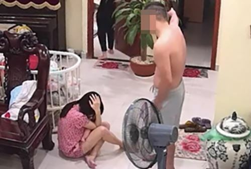 Vinh đánh vợ mới sinh con. Ảnh: Cắt từ video.