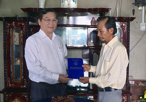 Thầy Hùng trao bằng cho gia đình nữ sinh Lệ tại nhà. Ảnh: Thái Hà