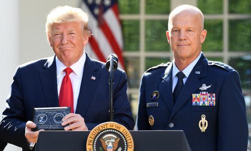 Tổng thống Trump (trái) và tướng Raymond trong lễ thành lập SpaceCom hôm 29/8. Ảnh: AFP.