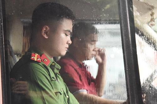 Ông Doãn Quý Phiến mặc áo đỏ, lái xe thực nghiệm hiện trường. Ảnh: Phạm Dự