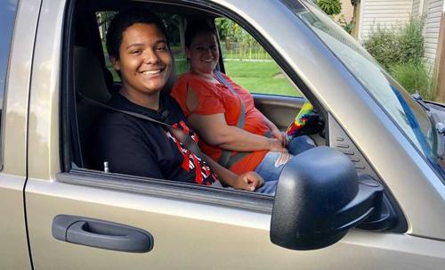 Nam sinh Mỹ mua ôtô tặng mẹ