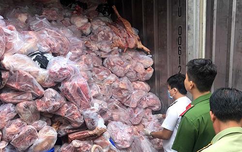 Một trong ba container chứa thịt heo thối. Ảnh: Nguyệt Triều.