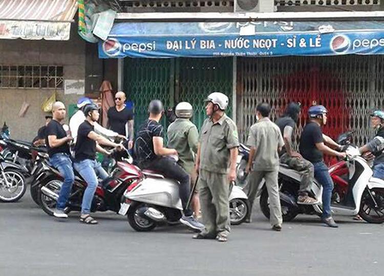 Nhân viên công ty đòi nợ gây náo loạn ở đường Nguyễn Thiện Thuật, quận 3. Ảnh cắt từ clip.