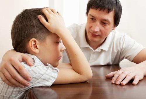 Thay vì bảo con tự giải quyết, phụ huynh nên đồng hành cùng con. Ảnh: Bigstock