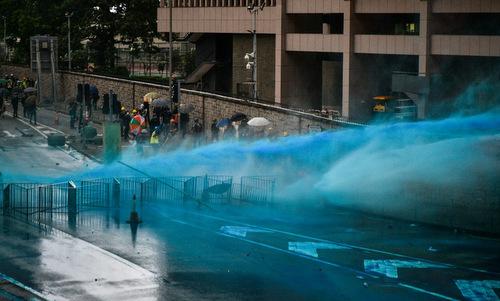 Cảnh sát Hong Kong dùng vòi rồng bên ngoài tòa nhà cơ quan lập pháp chiều 31/8. Ảnh:AFP.