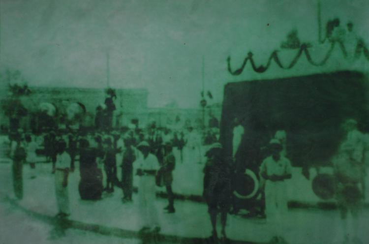 Ông Phạm Gia Đốc (thứ hai từ phải) tham gia bảo vệ lễ đài độc lập năm 1945. Ảnh tư liệu