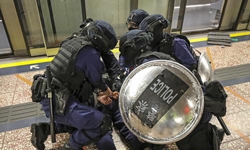 Cảnh sát khống chế người biểu tình ở ga Prince Edward ngày 31/8. Ảnh: SCMP.