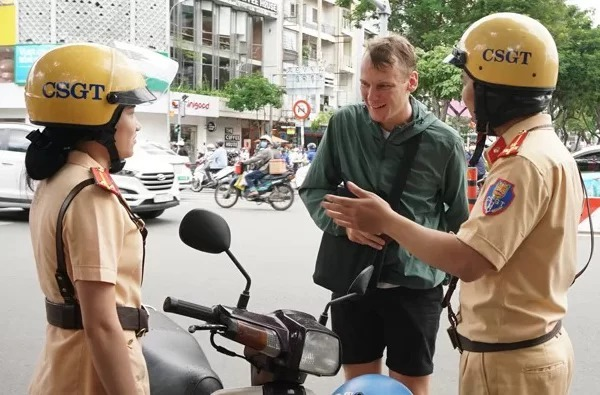 CSGT giải thích lỗi vi phạm cho người nước ngoài tại quận 1, TP HCM. Ảnh: Minh Tân.