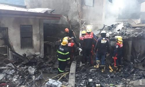Lực lượng cứu hỏa có mặt tại hiện trường vụ rơi máy bay ở Philippines ngày 1/9. Ảnh: Inquirer.